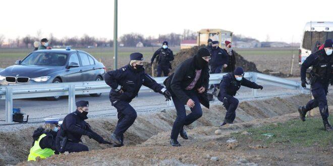 Niespodziewana wizyta rolników na hucpie PiS. Morawieckiego uratowały policja i SOP
